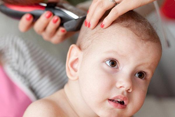 نوزادم موهایش را می کشد