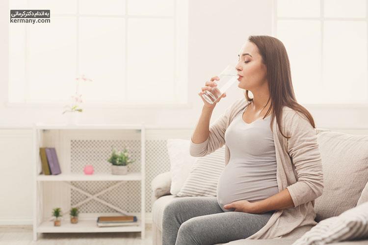 آب خوردن از مهم ترین مراحل ورزش برای خانم باردار و ورزش های دوران بارداری است.