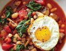 خوراک لوبیا سفید و بشقاب سبزیجات به همراه تخم مرغ