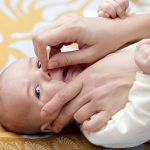 چگونه گرفتگی بینی کودک تازه متولد شده را تمیز کنیم؟