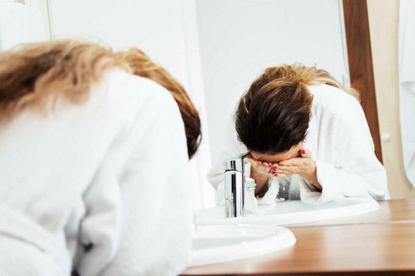 در برابر وسوسه شستن با صابون، آب کشی و تکرار مقاومت کنید