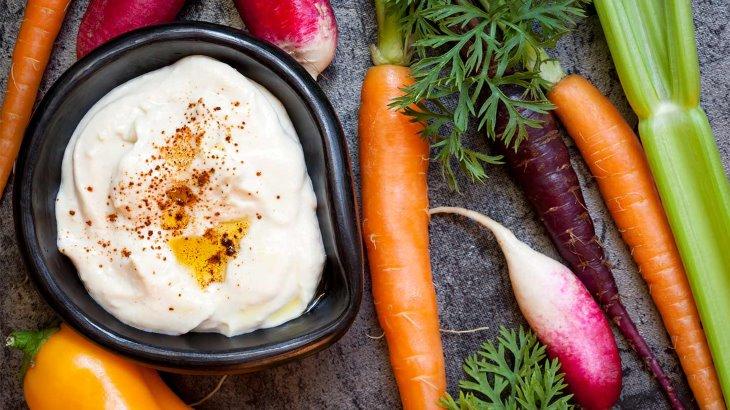 سبزیجات به همراه حموص سرشار از ویتامین هستند
