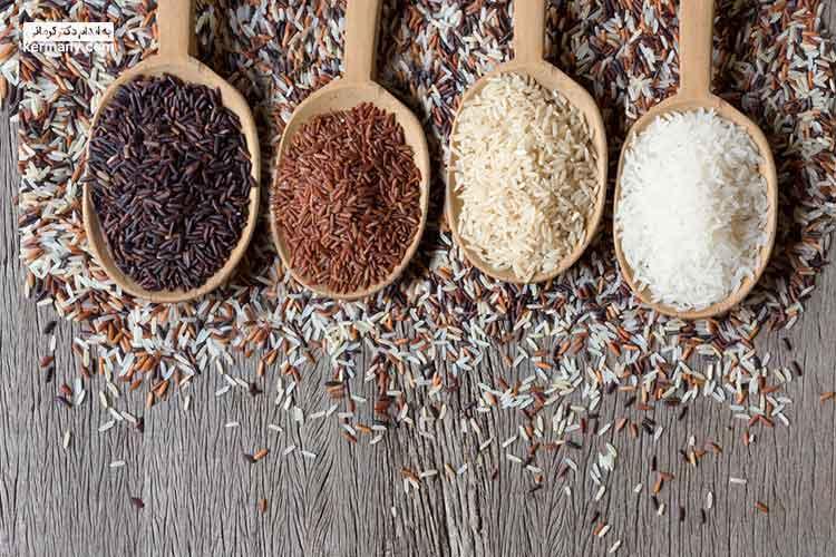 برنج قهوه ای میزان فیبر بالاتری نسبت به برنج سفید دارد.