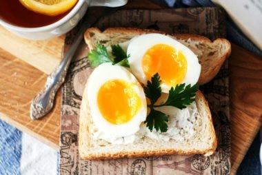 با این غذاها نتیجه گیری خود از ورزش را به حداکثر برسانید تخم مرغ
