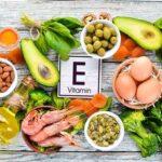 ویتامین E یک ویتامین محلول در چربی است که خواص بسیار زیادی دارد و میتوان آن را در مغزها و برخی میوه ها یافت.
