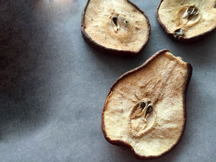 میوه های خشکی که حاوی پروتئین هستند گلابی خشک شده تغذیه سالم