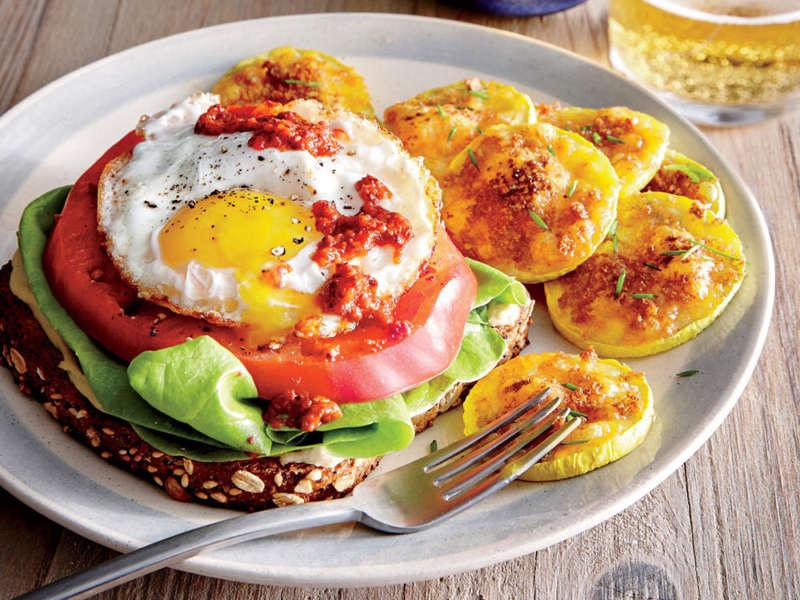 ساندویچ روباز تخم مرغ و گوجه فرنگی
