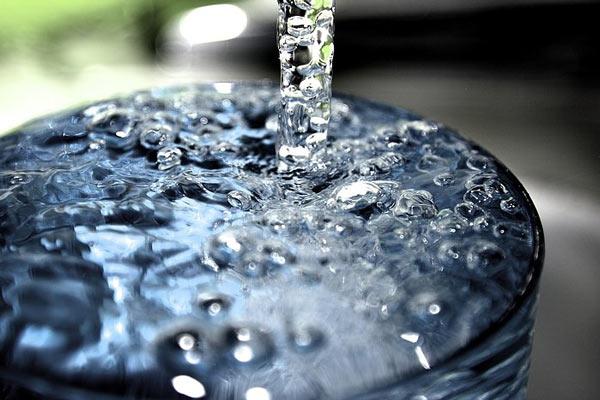 تامین مناسب آب بدن کاهش وزن تقویت ذهن آب درمانی