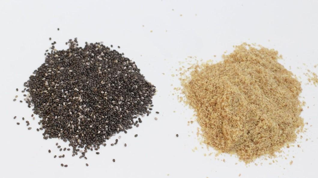 بذر کتان و بذر چیا هر دو دانه هایی کوچک اما سرشار از مواد مغذی هستند