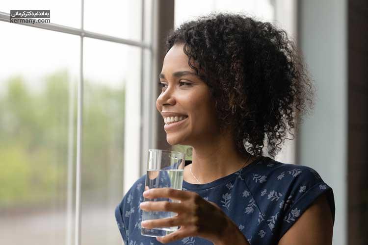 برای برطرف شدن مشکلات گوارشی روز خود را با نوشیدن آب گرم شروع کنید