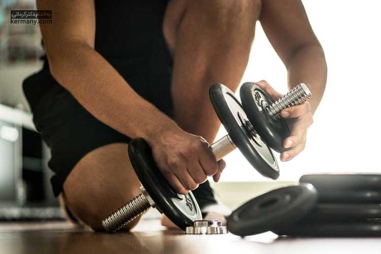انجام تمرینات شکم با دمبل می تواند به ساخت سیکس پک و لاغری کمک زیادی کند.