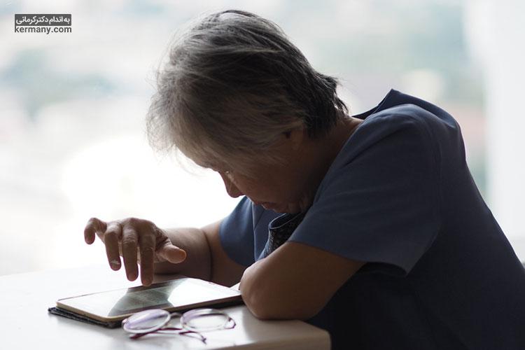 قوز کردن هنگام پیام دادن یکی از علتهای کمردرد در زنان میباشد.