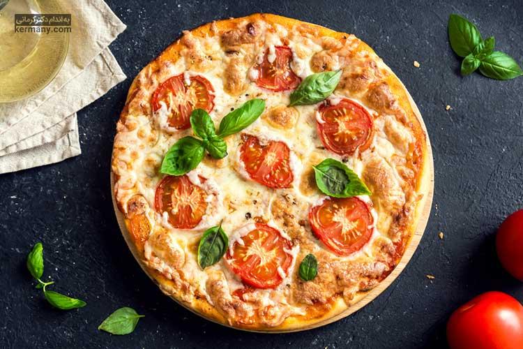 پیتزا پنیر موزارلا و ریحان