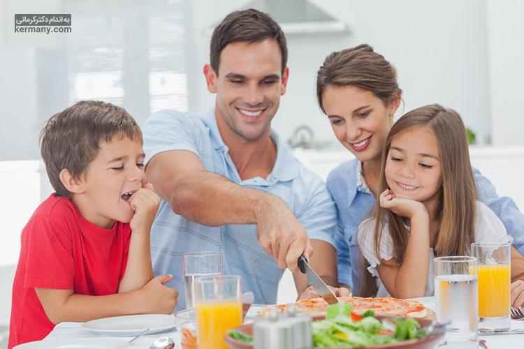 مصرف منظم وعده های غذایی در کنار خانواده می تواند از ریزه خواری و اضافه وزن جلوگیری کند.