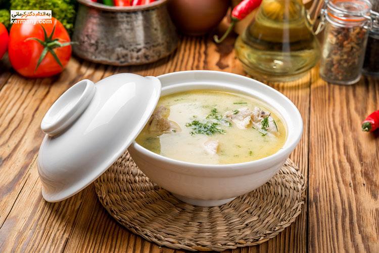 یکی از اصول تغذیه در ماه رمضان، باز کردن روزه با یک غذای سبک مانند سوپ است.