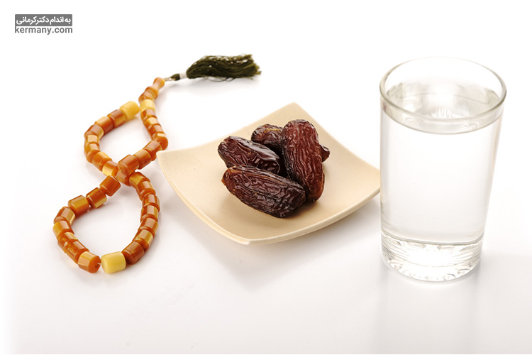 آب و خرما دو ماده غذایی ضروری در ماه رمضان هستند. مصرف آب برای جلوگیری از کم آبی بدن ضروری است و خرما به علت دارا بودن فیبر و مواد مغذی فراوان، به تقویت بدن کمک میکند.