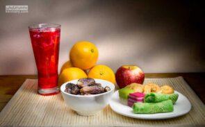 برای جلوگیری از کاهش وزن در ماه رمضان، لازم است کالری دریافتی روزانه خود را کنترل کنید و بین وعده های افطار و سحری، میان وعده های مناسب و سالم میل کنید.