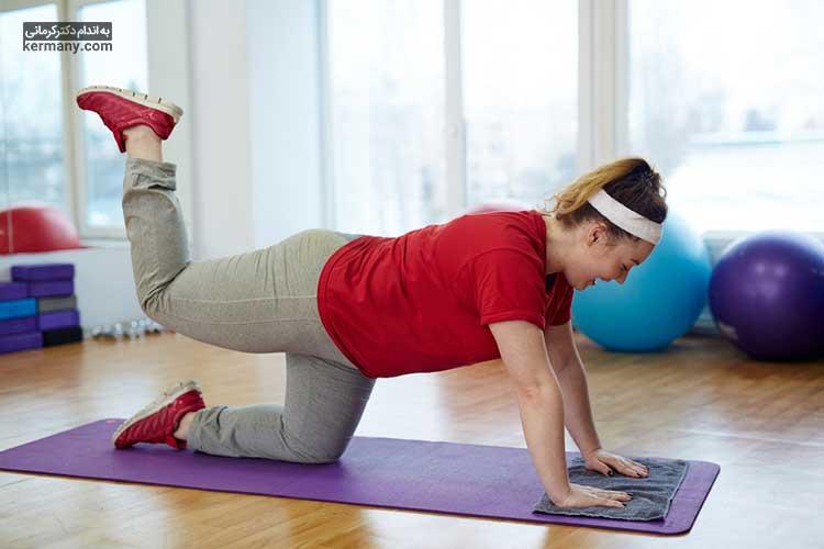 حرکاتی که در حالت چهار دست و پا انجام می شود، ورزش های مناسبی برای لاغری ران و کوچک کردن باسن هستند.