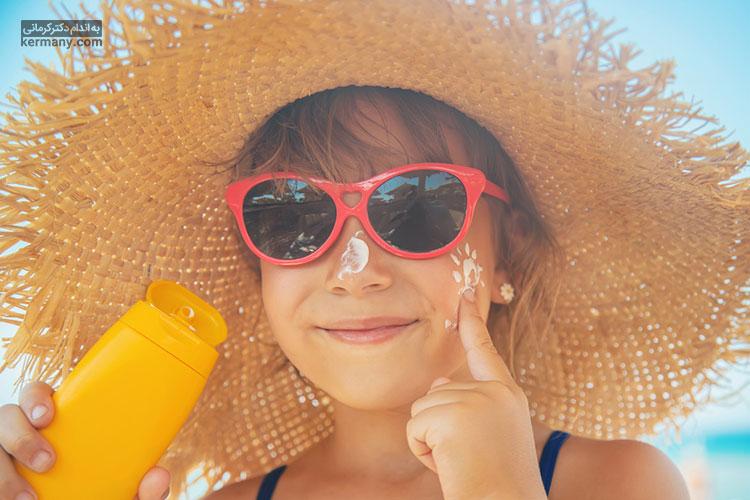 با استفاده از ضدآفتاب و عدم استفاده از لوازم آرایشی، پوست خود را در برابر از دست دادن بافت ارتجاعی خود حفظ کنید.