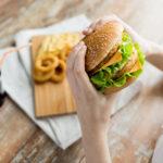 نتایج جدیدترین تحقیقات نشان میدهد مصرف غذا خارج از خانه می تواند منجر به مرگ زودرس شود.