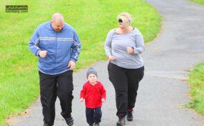 برای افزایش تقویت اراده برای لاغری وقت خود را با خانواده با بازی یا پیاده روی بگذرانید